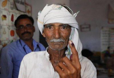 Se corta un dedo, tras haberse equivocado en su voto