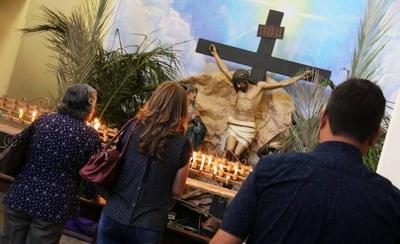 HOY / Miles de devotos meditan en el popular recorrido de las 7 iglesias asuncenas