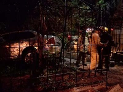 Accidentes, uno fue a parar en el patio de la catedral y otro cerca de local de bomberos