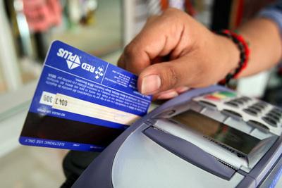 Bancos mejoran ingresos por tarjetas de crédito