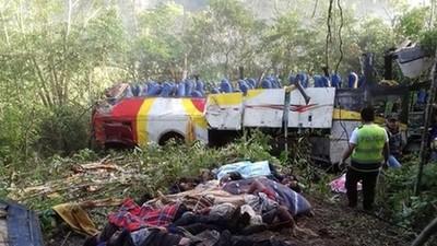 Al menos 17 muertos al chocar y caer por un barranco un autobús en Bolivia