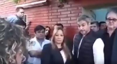 Abdo Benítez suelta frase burlona ante reclamo de una mujer