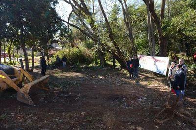 Excesivo número de policías para limpiar predio en Itauguá