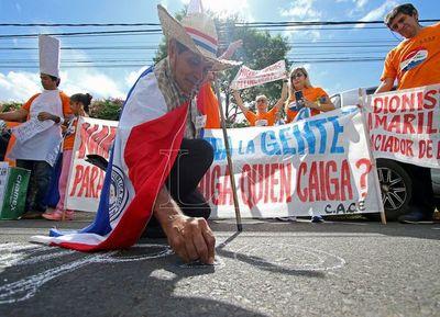 Los ciudadanos autoconvocados escracharon a Enrique García