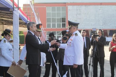 Presidente entregó bastones de mando y medallas al mérito a jefes policiales