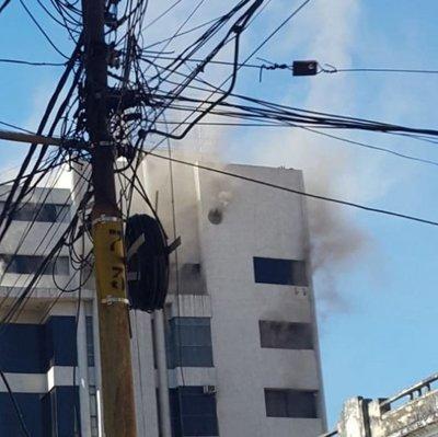 Bomberos controlan principio de incendio en edificio capitalino