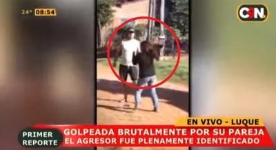 Ordenan detención de hombre grabado golpeando a su pareja