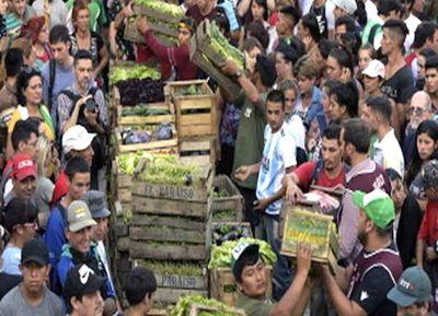 Agricultores argentinos regalan frutas en protesta por crisis