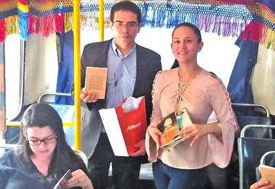 Escritores regalan libros  a pasajeros de colectivos