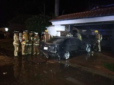 Auto ardió en llamas en San Lorenzo