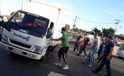 Liberan tránsito en Transchaco y Semidei tras vuelco de camión