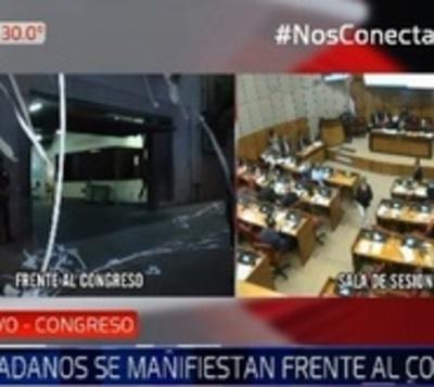 Ciudadanos se manifiestan a favor de destitución del contralor