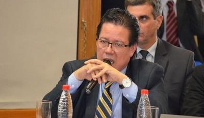 Contralor renuncia durante juicio político