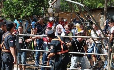 Comienzan los incidentes en manifestación y funcionarios huyen del Congreso