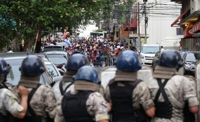 HOY / Corridas, pedradas, gases: Payo y seguidores repelidos por policías y crece tensión