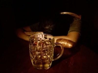 LOS JÓVENES Y EL ALCOHOL, LA DROGA LÍCITA QUE MÁS DAÑA A LA SALUD
