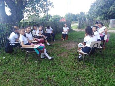 Un grupo de alumnos retoma clases en Puerto Pinasco, en medio de toma