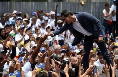 """Guaidó advierte a militares que la espera por su apoyo no será """"eterna"""""""