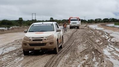 HOY / Funcionarios de la SEN trabajan en Alberdi para contrarrestar avance del agua
