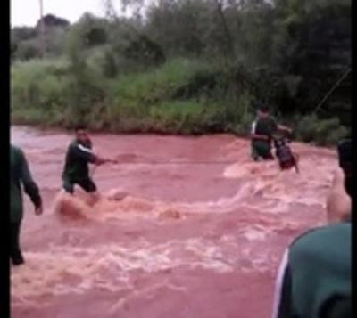 Alumnos exponen sus vidas cruzando caudaloso arroyo