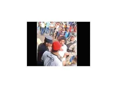 Filman al concejal Kelembu en aparente estado etílico