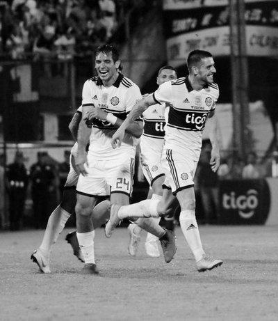 Olimpia se acerca invicto al título del Apertura tras golear a Libertad