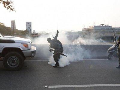 Bombas lacrimógenas contra Guaidó