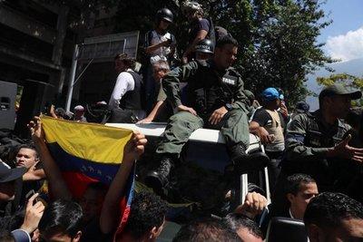 Tanqueta atropella a simpatizantes de Guaidó