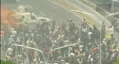 Tanqueta arrolla a manifestantes en Venezuela