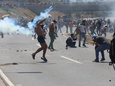 Al menos 69 heridos en protestas en Caracas tras intento de levantamiento