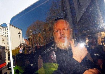 Assange, condenado a casi un año de cárcel por violar libertad condicional