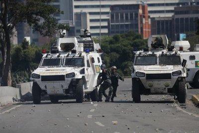 Guaidó intenta redoblar presión tras fallido alzamiento