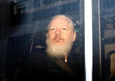 Julian Assange condenado a 50 semanas de cárcel por violar libertad condicional