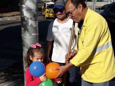 Barrenderos de la Muni de Asunción regalaron globos