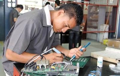 Jóvenes: 6 de cada 10 buscan ser oficinistas, mientras empleo y plata están en mandos medios