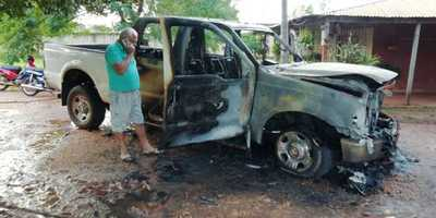 Incendian camioneta de pareja indignada