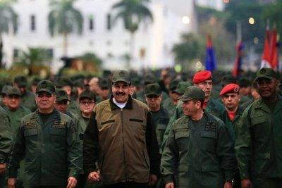 """Maduro y militares venezolanos se declaran en ofensiva contra """"golpistas"""
