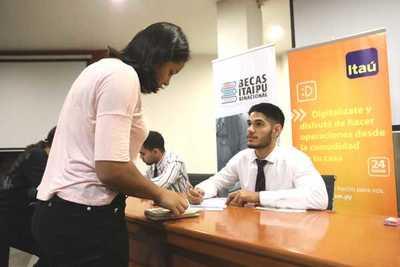 Itaipu entregó tarjetas de cobro a becarios universitarios y técnicos