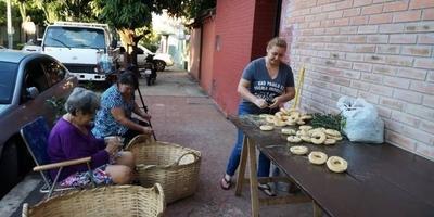 Familia prepara más de 3.000 chipas por el  Día de la Cruz