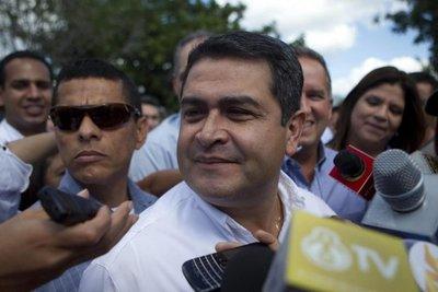 Miles de hondureños marchan con antorchas pidiendo salida del presidente