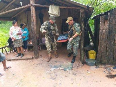 Militares ayudan a rescatar a anciana enferma
