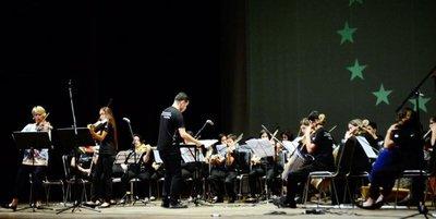 Orquesta de Cateura y Édua Zádory llenaron el Municipal