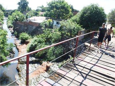 Deteriorado puente peatonal sobre  el arroyo Mburicaó urge reparación