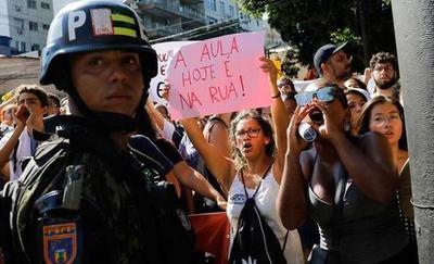 Estudiantes marchan por recortes en Brasil