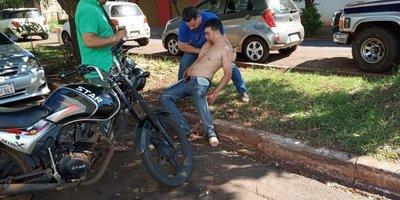 Brasileño se quita un ojo con las manos en CDE