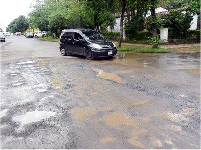 Las transitadas calles del centro de  San Lorenzo van de  mal en peor