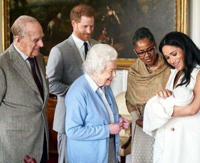 Los duques de Sussex presentan a Archie Harrison