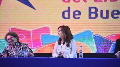 Cristina Fernández presentó su libro entre masas en acto con olor a candidatura