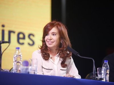 Cristina Fernández presenta libro en acto con olor a candidatura