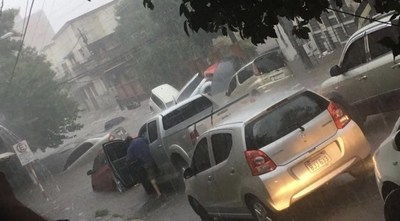 ASUNCIÓN BAJO AGUA: AUTOS ARRASTRADOS, CALLES Y VIVIENDAS INUNDADAS